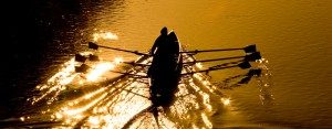 ruderboot-im-sonnenuntergang